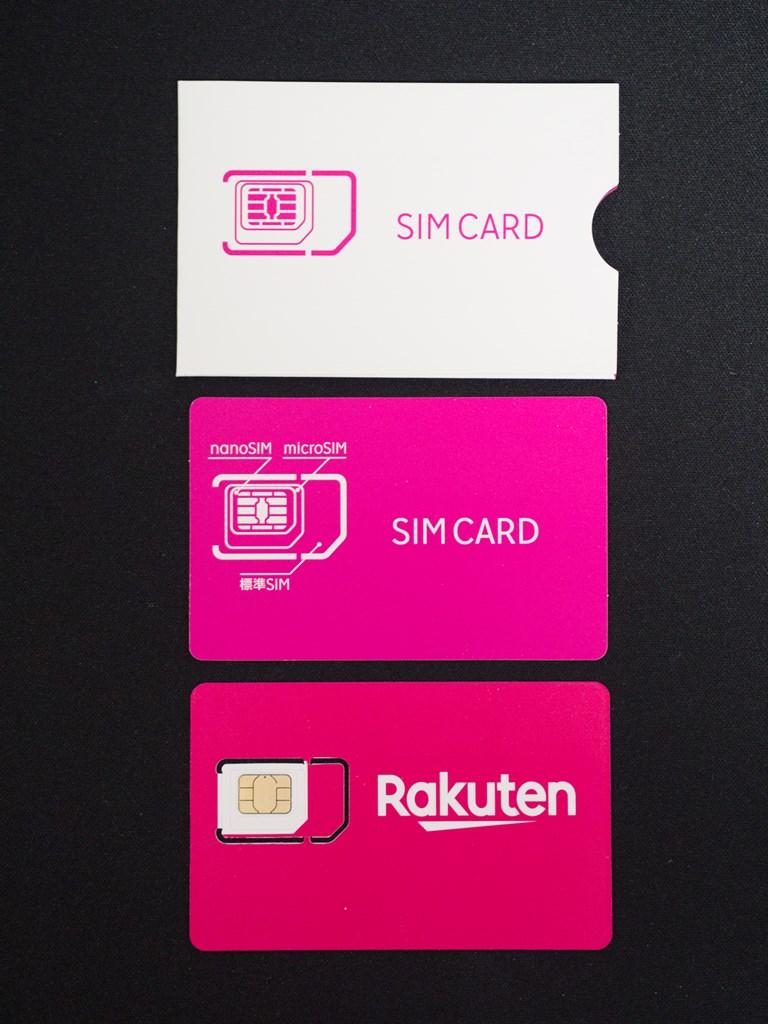 SIMカードの中身。紙の入れ物、SIMカード、説明書